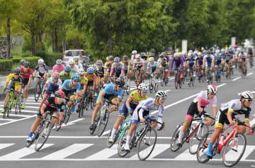 学研都市内のコースを疾走する選手たち(16日午前10時50分、京都府精華町)