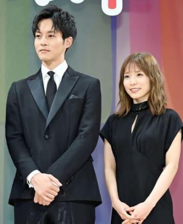 映画「蜜蜂と遠雷」の完成披露イベントに登場した松坂桃李さん(左)と松岡茉優さん