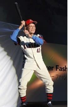 ファッションショーに野球着姿で登場した出演者=天草市