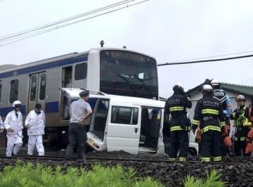 JR常磐線佐和-勝田駅間の大島道踏切近くで衝突した、上り普通列車と軽ワゴン車=ひたちなか市東石川