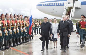 李克強総理、サンクトペテルブルク到着 ロシア公式訪問開始