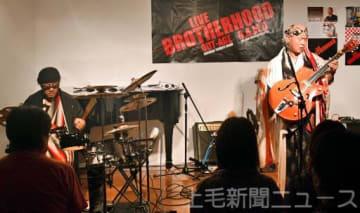 演奏する高橋さん(左)と輝彦さん