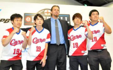記念撮影に応じる、左から大寺さん、倉前さん、エルドレッドさん、伊勢家さん、徳田さん