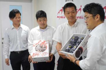 三次市役所を訪れ、福岡市長(右端)に露地物のピオーネを贈る左から片山さん、国広さん、児玉さん(8月21日)