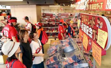 多くの人でにぎわうマツダスタジアムのグッズショップ。すでにラインアップ済みの商品は来年1月31日まで現在の税込み価格のままで販売する