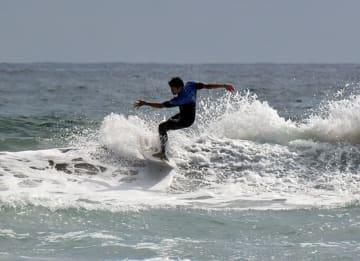自慢の技を競うサーフィン大会の参加者