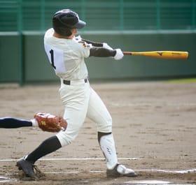 【駒大苫―苫中央】初回1死三塁、先制の適時打を放つ北嶋