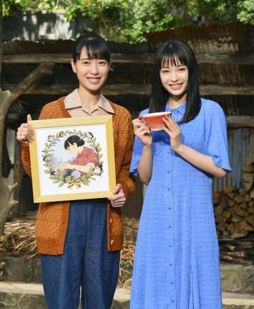 プレゼントを交換した戸田恵梨香さん(左)と広瀬すずさん=17日午前、大阪市のNHK大阪放送局