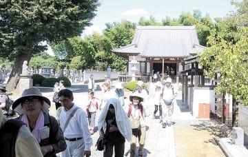映画の舞台となった妙楽寺を訪れた参加者=15日、蓮田市高虫