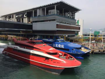 ターボジェット(手前)とコタイウォータージェット(奥)の高速船(資料)=香港・上環のフェリーターミナルにて本紙撮影