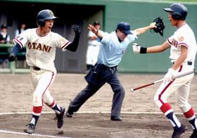 【大谷室蘭―伊達緑丘】先制のホームを踏み、次の打者と喜ぶ大谷室蘭・吉安(左)
