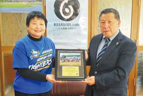 球団からの感謝状を手にする村上会長(左)と紺谷幹事長