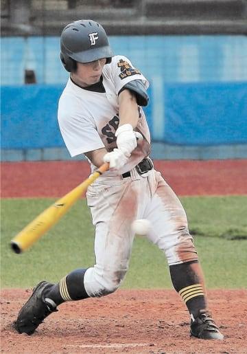 松島―仙台一 7回裏仙台一1死三塁、山口が中前適時打を放ち、5―1とする=石巻市民