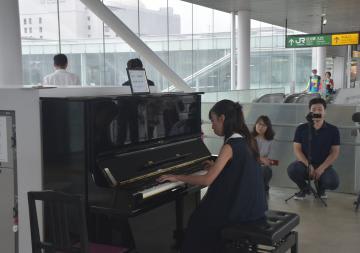 誰でも弾いて楽しめるよう設置されたピアノ=JR日立駅