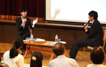 平和活動に関する両市の取り組みなどについて対談する松下武蔵野市長(左)と田上市長=長崎新聞文化ホール・アストピア