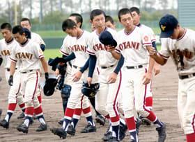 【北海道栄―大谷室蘭】試合終了後、厳しい表情で引き揚げる大谷室蘭の選手