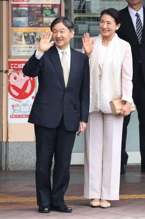 新潟駅前で市民らの歓迎に手を振り応えられる天皇、皇后両陛下=16日、新潟市中央区