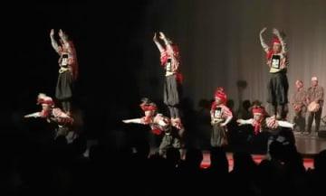 角兵衛獅子など県内の伝統芸能が次々と披露された開会式=16日、新潟市中央区