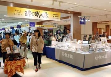 職人技が披露され、多くの来店客でにぎわう実演販売会=富山大和