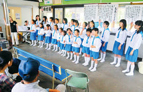 母恋駅で手話を交えたステージを披露するマリン少年少女合唱団