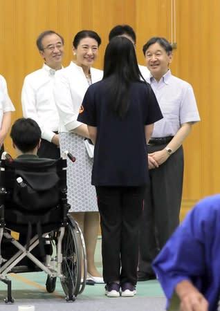 大凧プロジェクトの参加者に声を掛けられる天皇、皇后両陛下=17日午前、新潟市江南区
