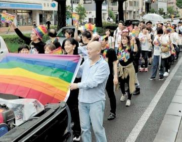 多様性への理解を呼び掛けたレインボーパレード=仙台市青葉区