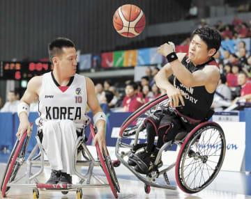 1日のワールドチャレンジ・カップの韓国戦で、ファウルを受け倒されながらもパスを出す日本の豊島(右)=東京・武蔵野の森総合スポーツプラザ