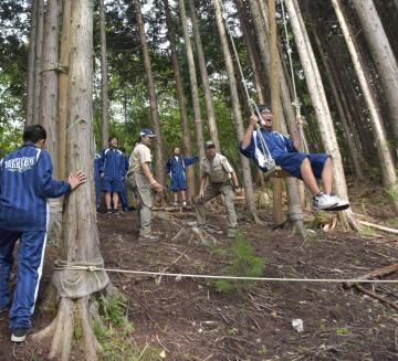 急斜面前方に振り出すブランコを楽しむ生徒=高萩市中戸川