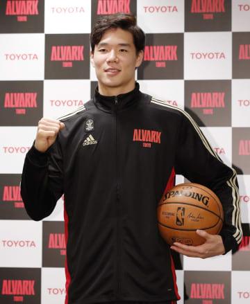 記者会見でNBA挑戦を表明し、ポーズをとるバスケットボール男子のBリーグ1部、A東京の馬場雄大=17日午後、東京都立川市