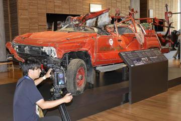 「東日本大震災津波伝承館」に展示される、がれきの中から見つかった消防車=17日午後、岩手県陸前高田市