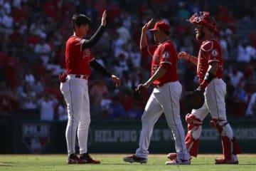 エンゼルス・大谷翔平(左)とハンセル・ロブレス(中央)【写真:Getty Images】