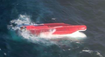 海保の航空機が発見した「第65慶栄丸」と見られる転覆船=17日午後、北海道根室市の納沙布岬沖東約610キロ付近(第1管区海上保安本部提供)