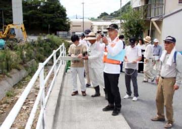 避難ルート上の危険箇所などを確認する小屋浦地区の住民たち