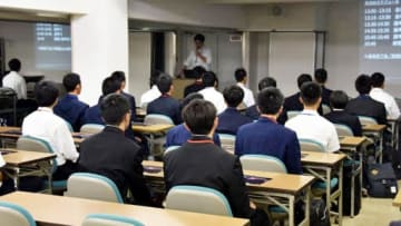 マツダの教育センターで試験に臨む高校生(広島市南区)
