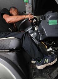 相次ぐアクセルとブレーキの踏み間違い。75歳以上のドライバーによる事故が多いという=神戸市垂水区(撮影・辰巳直之)