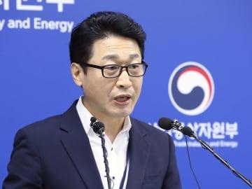 17日、安全保障上の輸出管理の優遇対象国から日本を除外することについて記者会見する韓国産業通商資源省の当局者=韓国・世宗市(聯合=共同)
