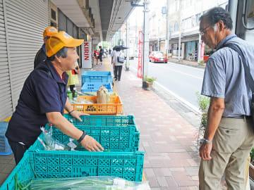 通行人に商品をPRする出店者たち=瑞浪市寺河戸町、駅前商店街
