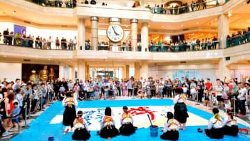 ジャカルタのショッピングモールで開かれた公演(書道パフォーマンス甲子園実行委員会提供)