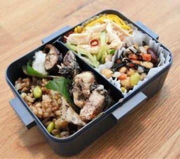 栄養バランスを意識してコンビニで買った総菜を詰め合わせた弁当。「たまには手を抜くことも大事です」と富永さん