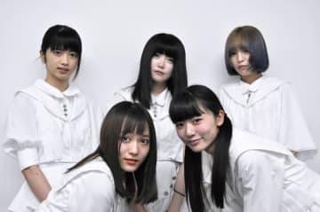 セカンドシングルリリースに向けてライブ活動に取り組んでいる「真っ白なキャンバス」のメンバー=大阪市北区の大阪日日新聞
