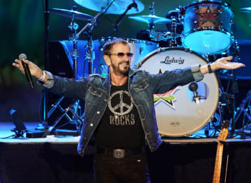 ウッドストック50周年のライブで登場した元ビートルズのリンゴ・スターさん=8月、ニューヨーク(UPI=共同)