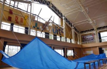 台風15号の強風で壁が崩れた千葉県南房総市立富浦中の体育館=13日