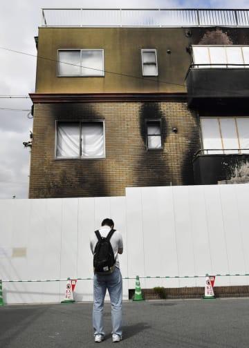 放火殺人事件から2カ月となった「京都アニメーション」第1スタジオを訪れた人=18日、京都市伏見区