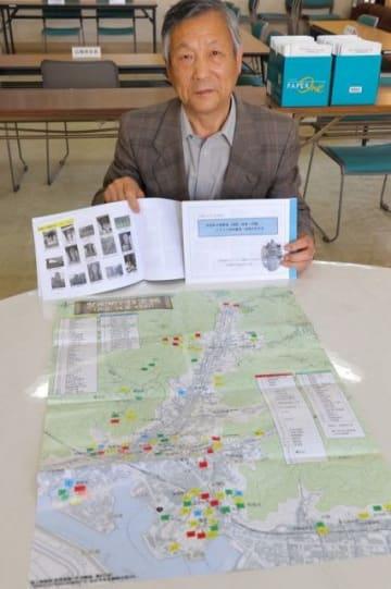 霊場などを記したマップや冊子を広げる大塚会長