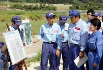 小田川と高梁川の合流点付近で工事の状況を確認する赤羽国交相(前列右から2人目)