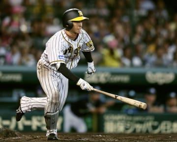 8回阪神2死、近本が一塁内野安打を放ち、長嶋茂雄が樹立した新人最多安打のセ・リーグ記録に並ぶ=甲子園