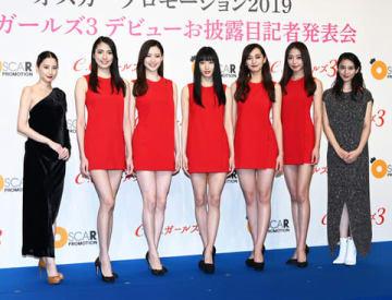 お披露目発表会に登場した「C.C.ガールズ3」と河北麻友子さん(左端)、武井咲さん(右端)