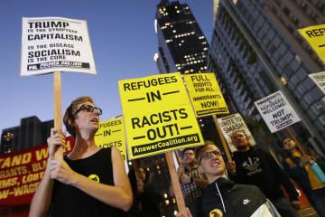 トランプ米大統領の訪問に抗議する市民=17日、ロサンゼルス(ゲッティ=共同)