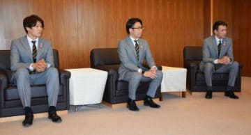 今季に向け活躍を誓う折茂選手兼代表(右)、横田CEO(中央)、桜井主将