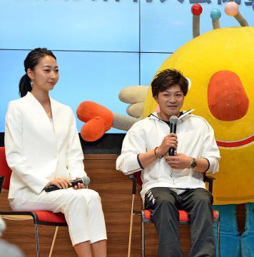 国体の魅力を語る体操の山室光史選手(右)と畠山愛理さん=都内